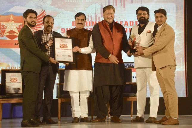 Founder Manoj Joshi Receiving award in world wide achievers summit 2019 for Best IT Solutions and Services Company in New Delhi, India